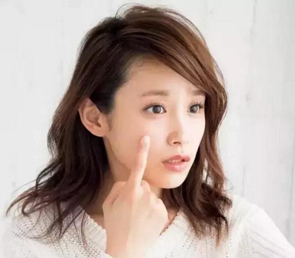 日本妹子如何去除脸部毛孔黑污垢